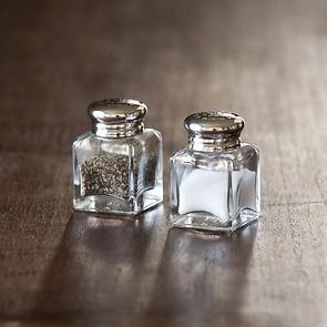 Silberne Salz- und Pfefferstreuer