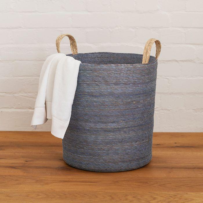 Wäschekorb aus geflochtenen Palmfasern